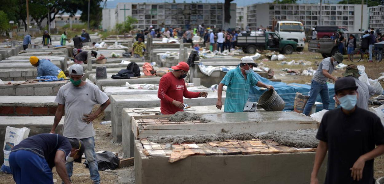 Cemitério Angela Maria Canalis, onde estão construindo mais túmulos em Guayaquil, Equador