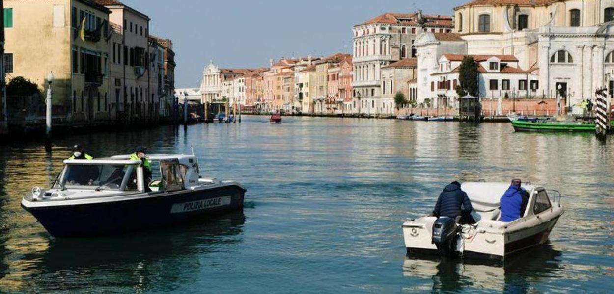 Policiais conferem documentação de barco em canal de Veneza, na Itália 14/04/2020