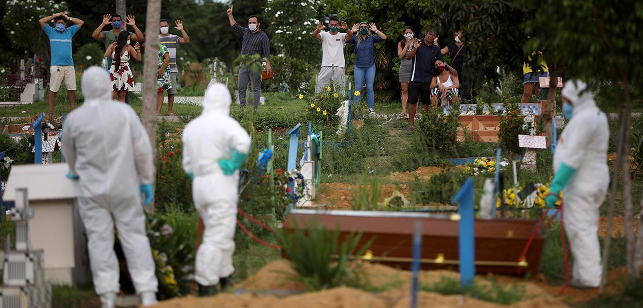 Enterro de homem de 34 anos que morreu devido ao coronavírus em cemitério de Manaus
