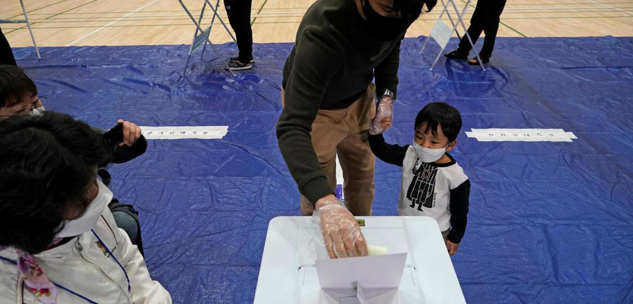 Eleitores votam na Coreia do Sul durante epidemia de coronavírus