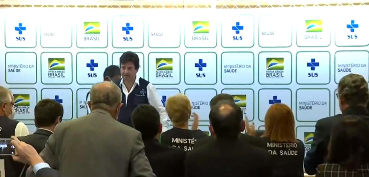 Luiz Henrique Mandetta sendo aplaudido em entrevista coletiva