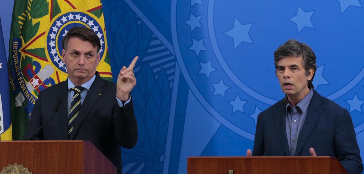 O presidente Jair Bolsonaro e o novo ministro da Saúde, Nelson Teich, durante pronunciamento no Palácio do Planalto
