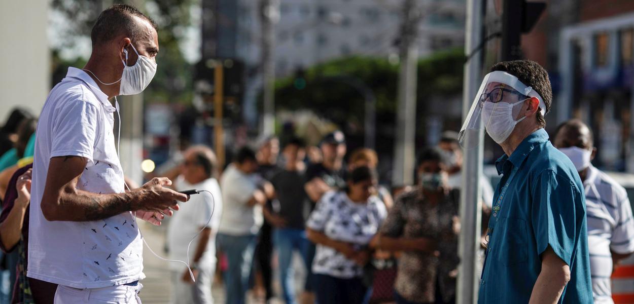 Pesoas fazem fila para tentar receber auxílio do governo federal durante a pandemia15/04/2020