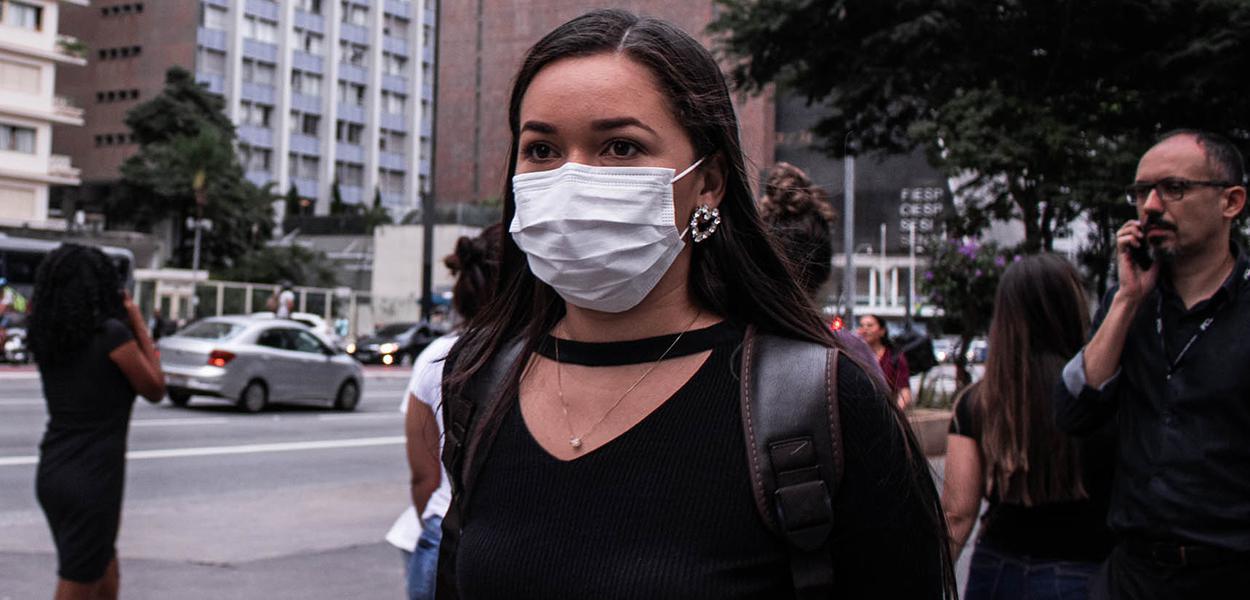 São Paulo SP 18 03 2020-Protegidos com mascaras por causa da pandemia do Coronavírus paulistanos caminham na avenida Paulista  . foto - Guilherme Gandolfi