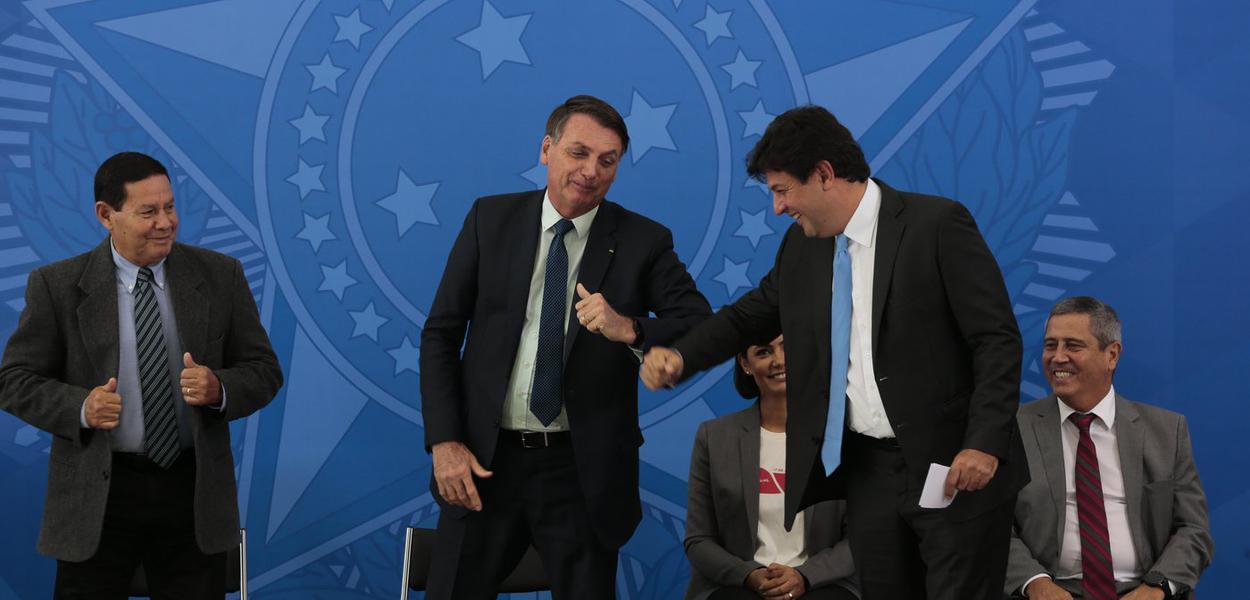 O presidente da República, Jair Bolsonaro, cumprimenta, o ex- ministro, Luiz Henrique Mandetta, durante solenidade de posse no Palácio do Planalto