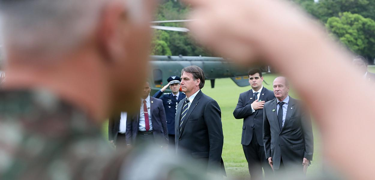 Jair Bolsonaro recebe Honras Militares ao desembarcar na Academia Militar das Agulhas Negras