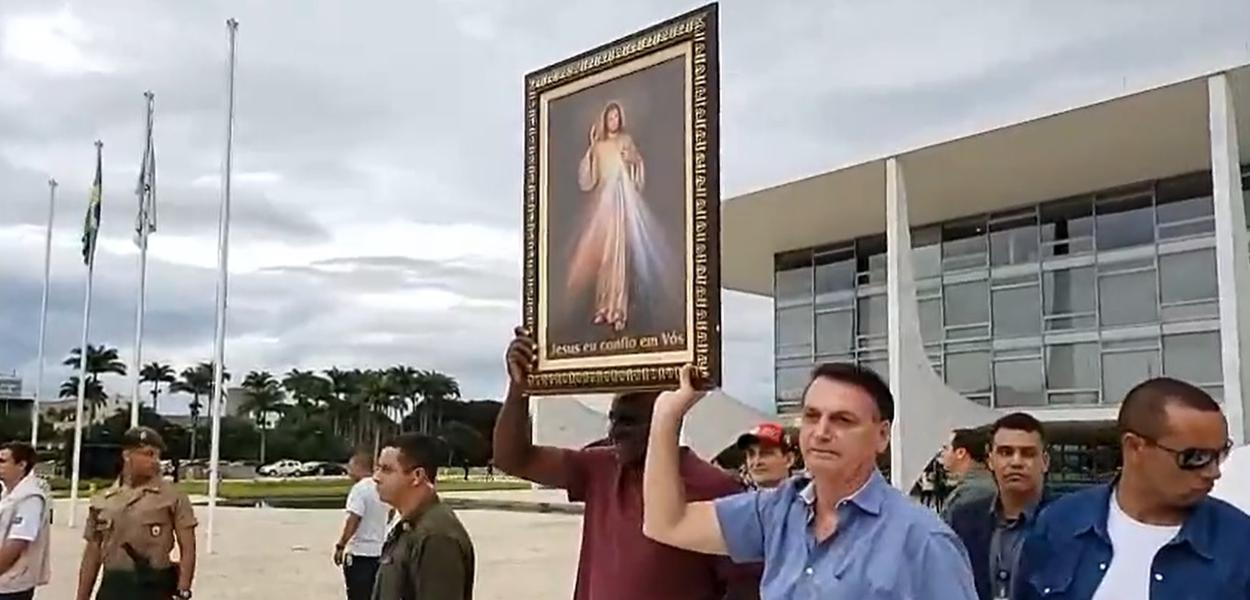 Bolsonaro levanta quadro de Jesus Cristo, presente de grupo religiosos