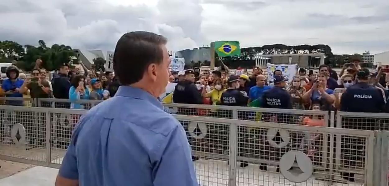 Bolsonaro fala com apoiadores em frente ao Palácio do Planalto