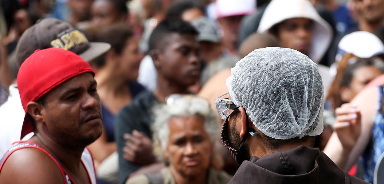 Fila para receber alimentos doados por padres franciscanos no centro de São Paulo durante a crise do coronavírus