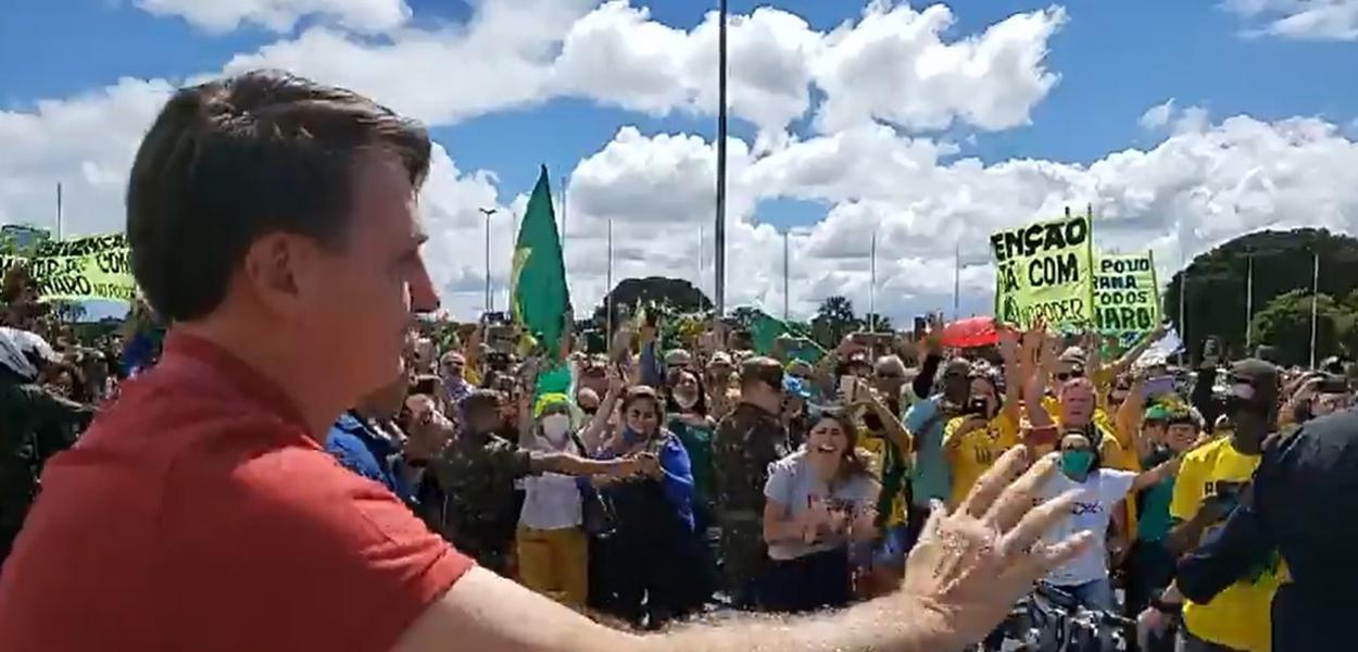 Bolsonaro apoia ato que pede intervenção militar e AI-5 em Brasília