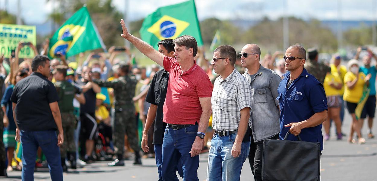 Bolsonaro participa de ato por intervenção militar