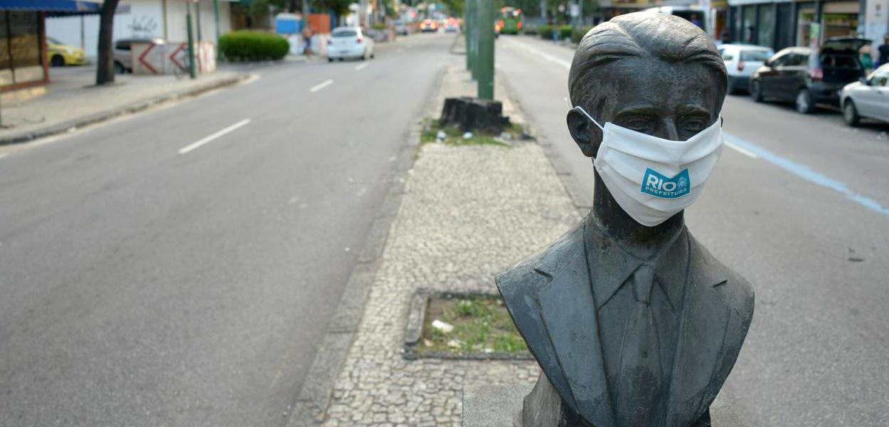 Estátua ganha máscara para incentivar a população a se proteger