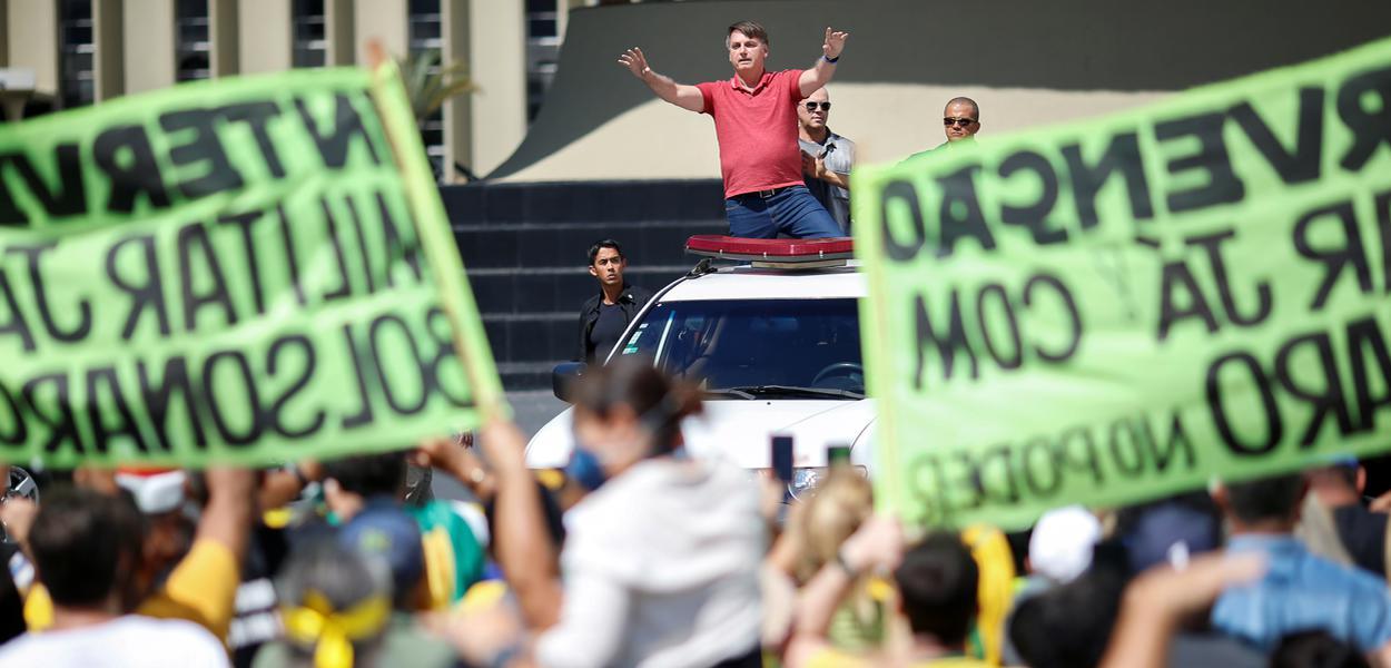 Bolsonaro participa de manifestação antidemocrática no domingo 19/04/2020
