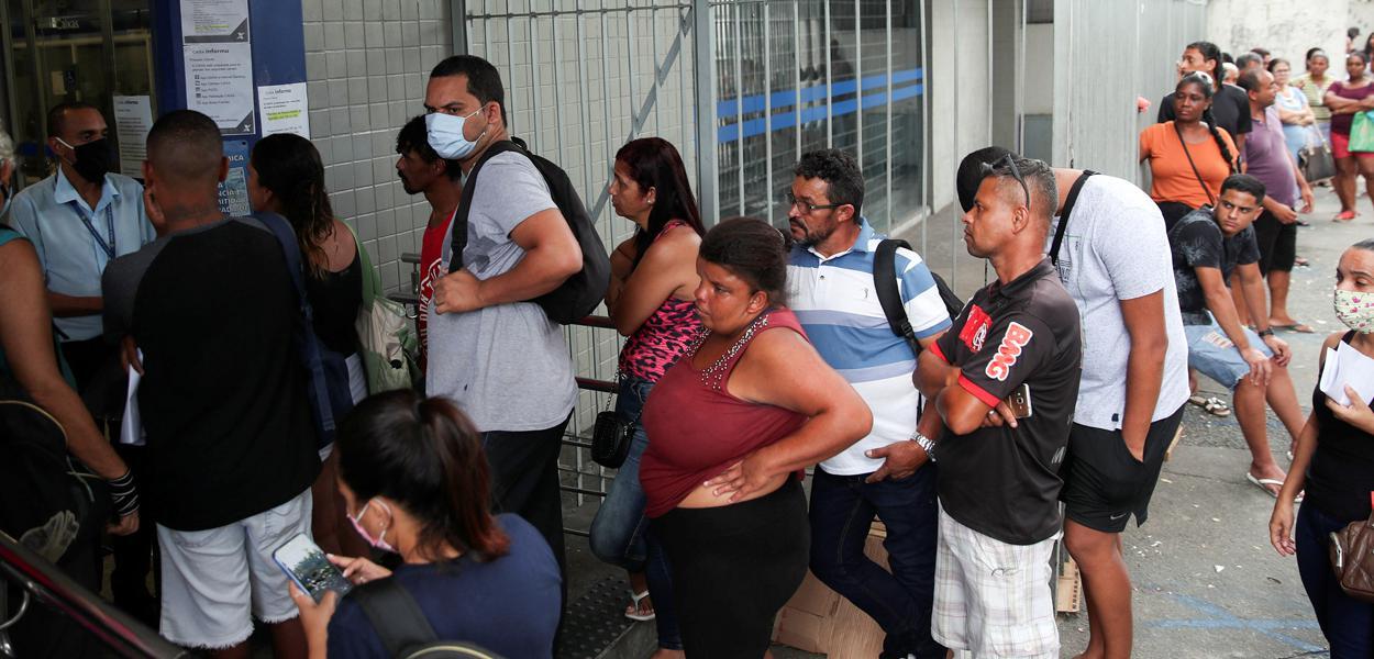 Fila para receber auxílio emergencial no Rio de Janeiro 15/4/2020