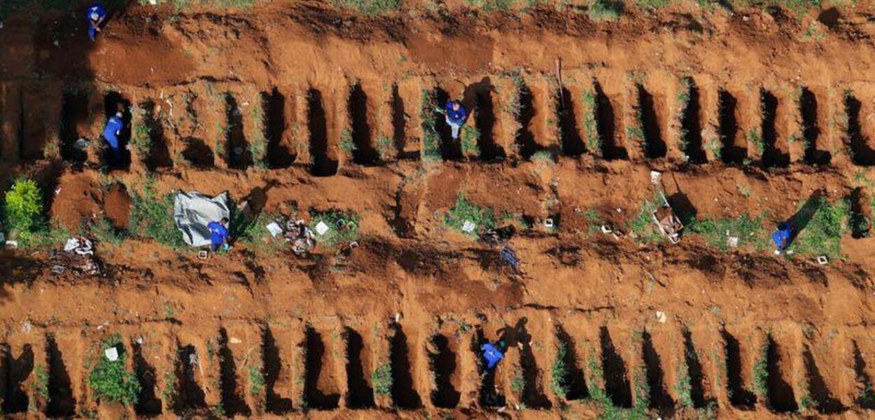Valas abertas no cemitério de Vila Formosa, em São Paulo, após início de epidemia do coronavírus 02/04/2020