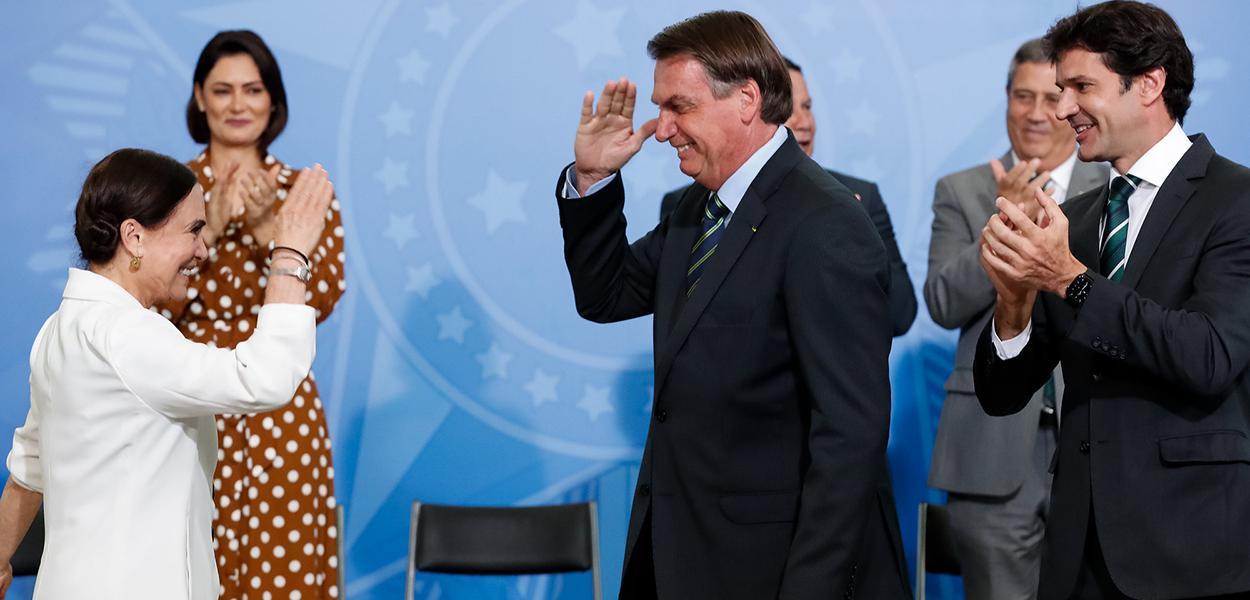 Regina Duarte bate continência para Bolsonaro