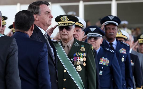 Jair Bolsonaro, durante cerimônia do Dia do Soldado, com imposição da Medalha do Pacificador e da Medalha do Exército Brasileiro