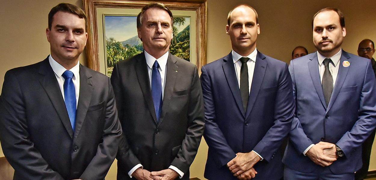 Jair Bolsonaro e seus filhos Flávio, Eduardo e Carlos