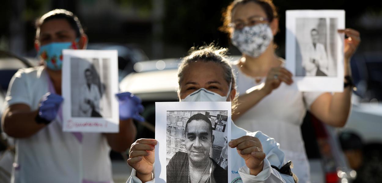 Profissionais de saúde com roupa de proteção prestam homenagem a colegas mortos pelo novo coronavírus em Manaus 27/04/2020
