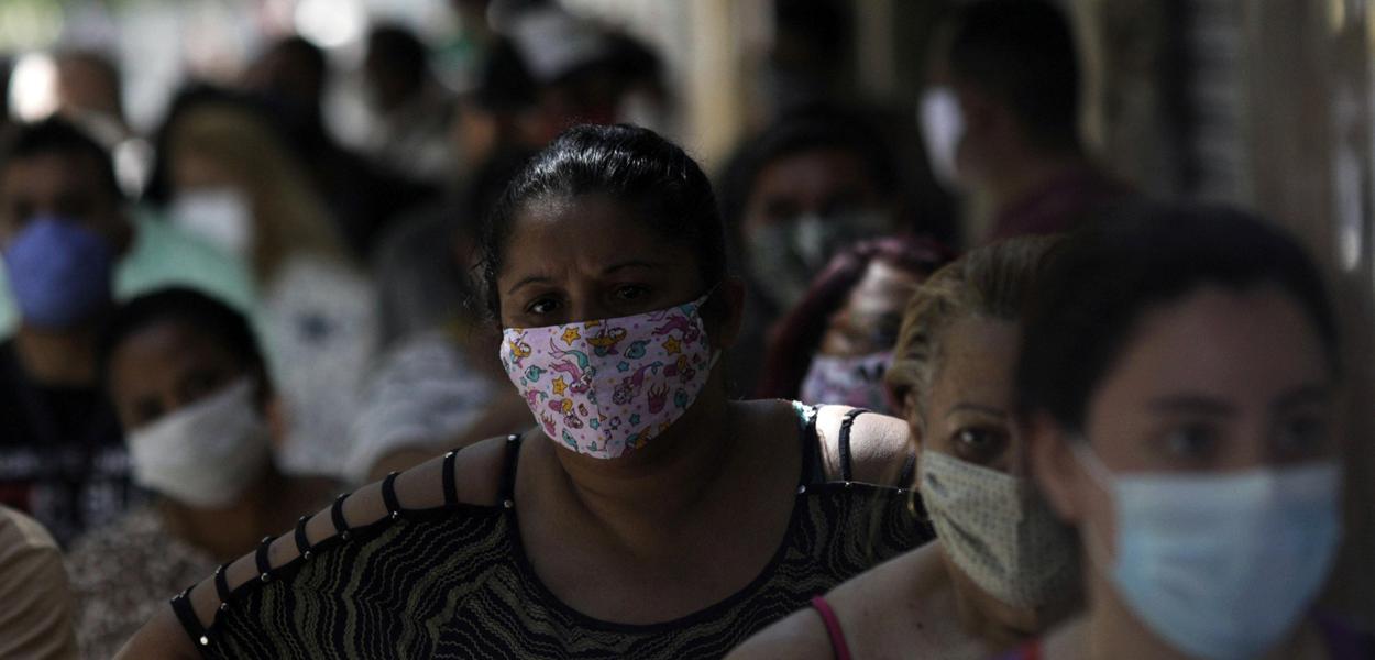 Fila de pessoas em busca de receber o auxílio emergencial em agência da Caixa no Rio de Janeiro 27/04/2020