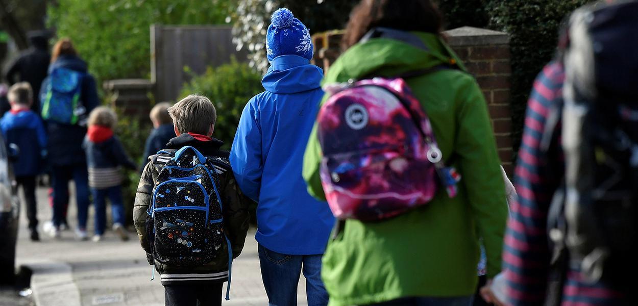 Crianças caminham para a escola em Londres