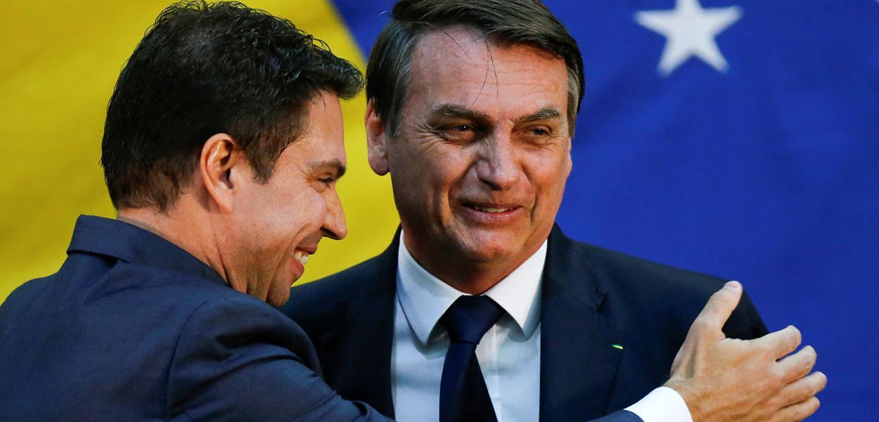 Bolsonaro e Ramagem confraternizam na posse do então novo diretor da Abin 11/07/2019