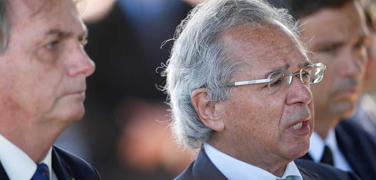 Ministro Paulo Guedes fala a jornalistas próximo a Jair Bolsonaro