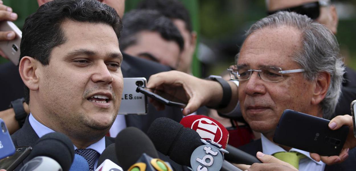 O presidente do Senado, Davi Alcolumbre, e o ministro da Economia, Paulo Guedes, falam ࠩmprensa aps se reunirem na residꮣia oficial da Presidꮣia do Senado.