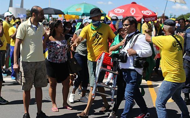 Fotógrafo Dida Sampaio deixa manifestação após agressões