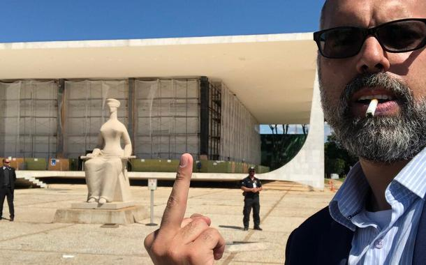 """Blogueiro Allan dos Santos mostra """"dedo do meio"""" para o STF"""