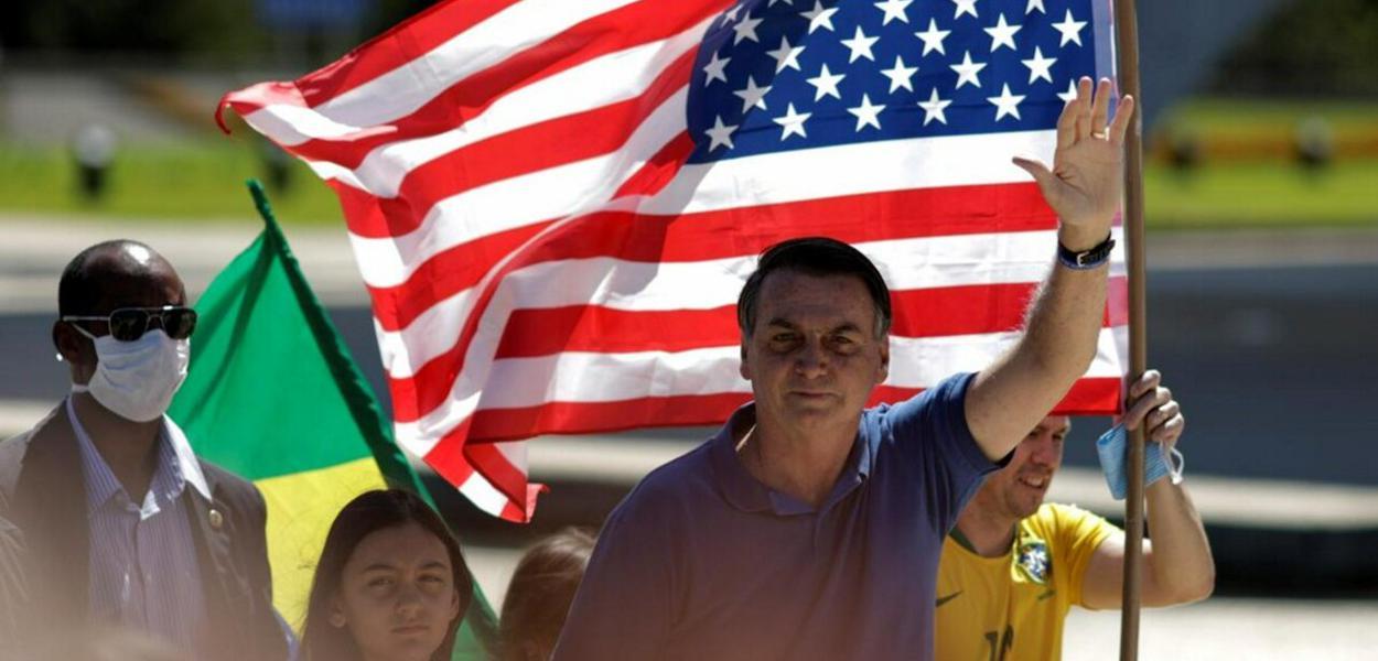 Em manifestação contra a democracia, bolsonaristas levam ao Planalto a bandeira dos EUA