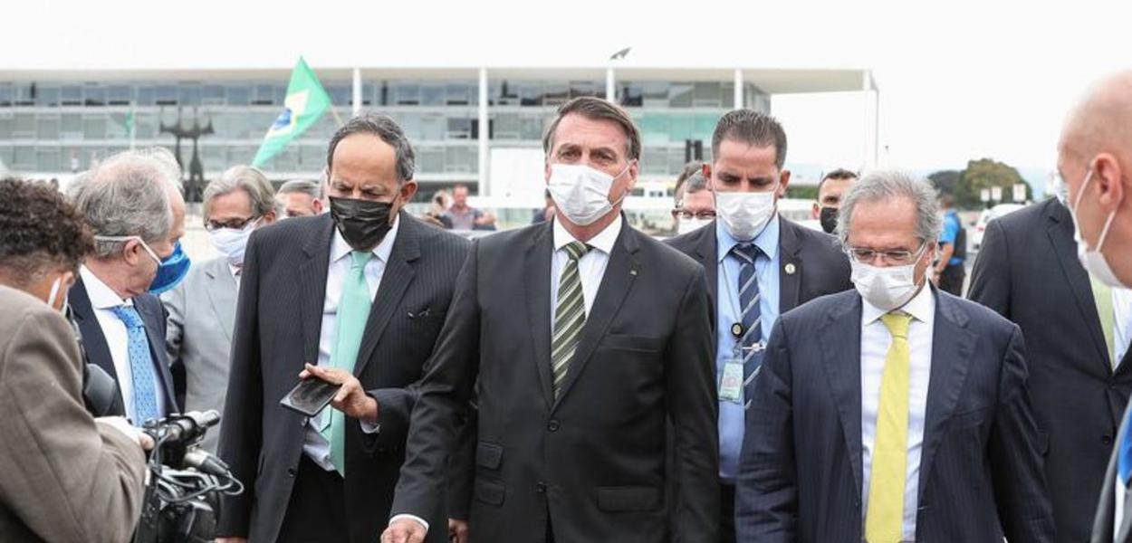 Bolsonaro, ministros e empresários caminham do Palácio do Planalto até o STF