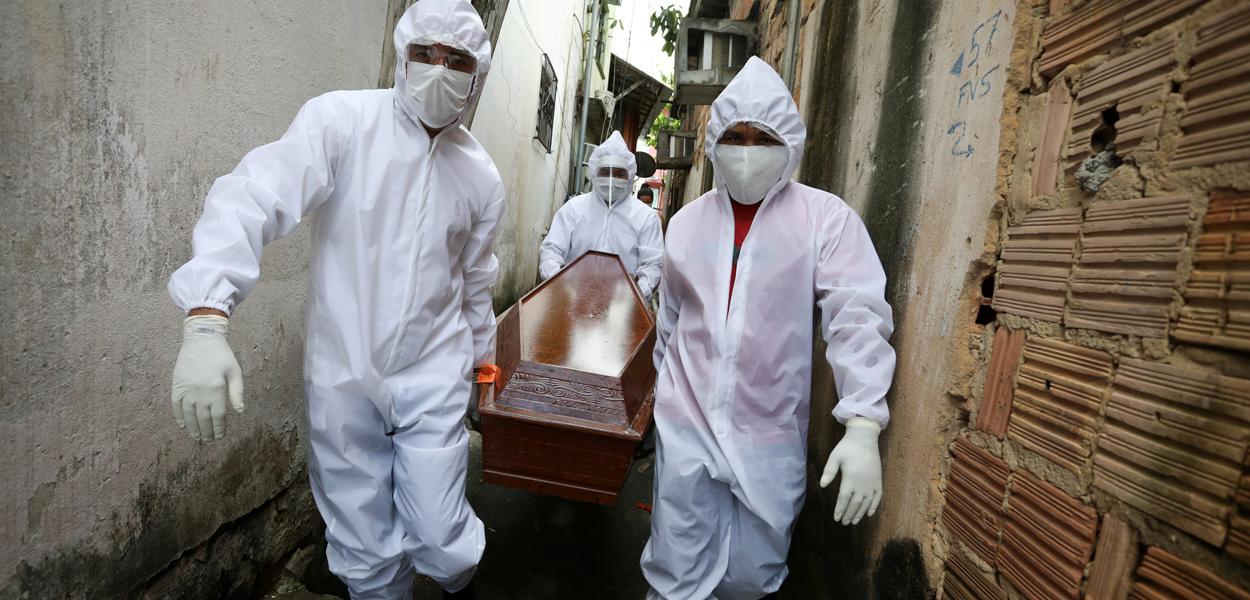Agentes funerários carregam caixão de vítima de Covid-19 em Manaus 07/05/2020