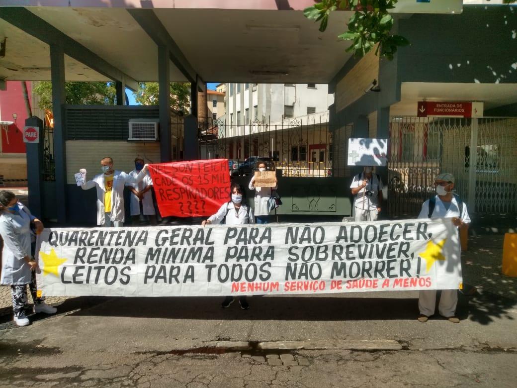 Profissionais de saúde realizam protesto em frente ao Hospital Federal de Bonsucesso, no Rio, durante visita do ministro da Saúde, Nelson Teich