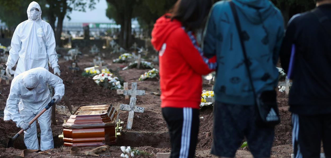 Famílias acompanham enterros de vítimas do coronavírus no Rio de Janeiro.
