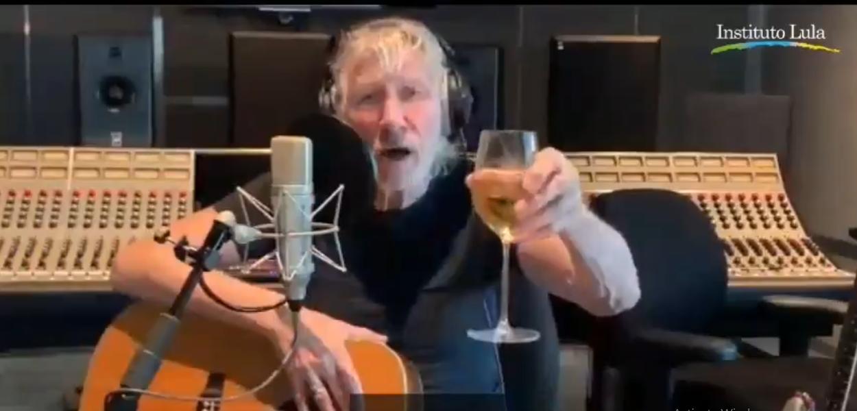 Roger Waters, do Pink Floyd, brinda à liberdade de Lula