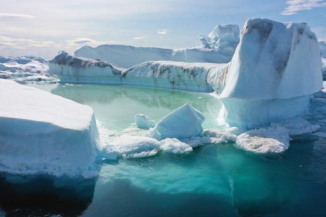Na Groenlândia, blocos de gelo flutuam nas águas da banquisa derretida.