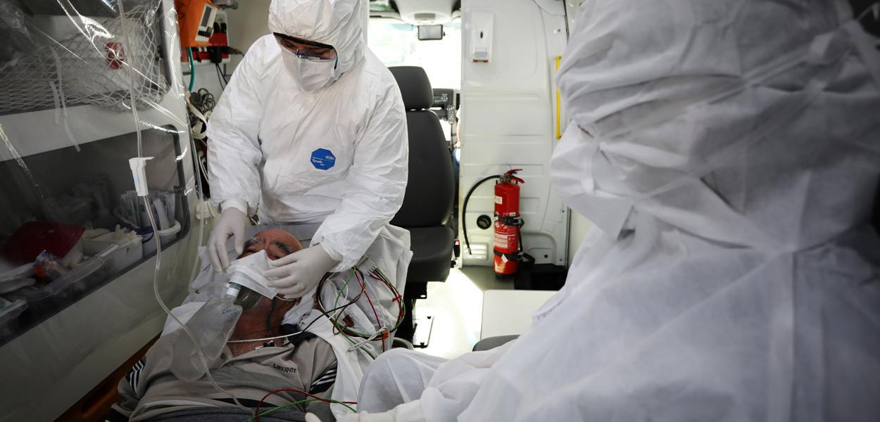 Funcionários do Samu atendem paciente de coronavírus em Manaus (AM) 12/05/2020