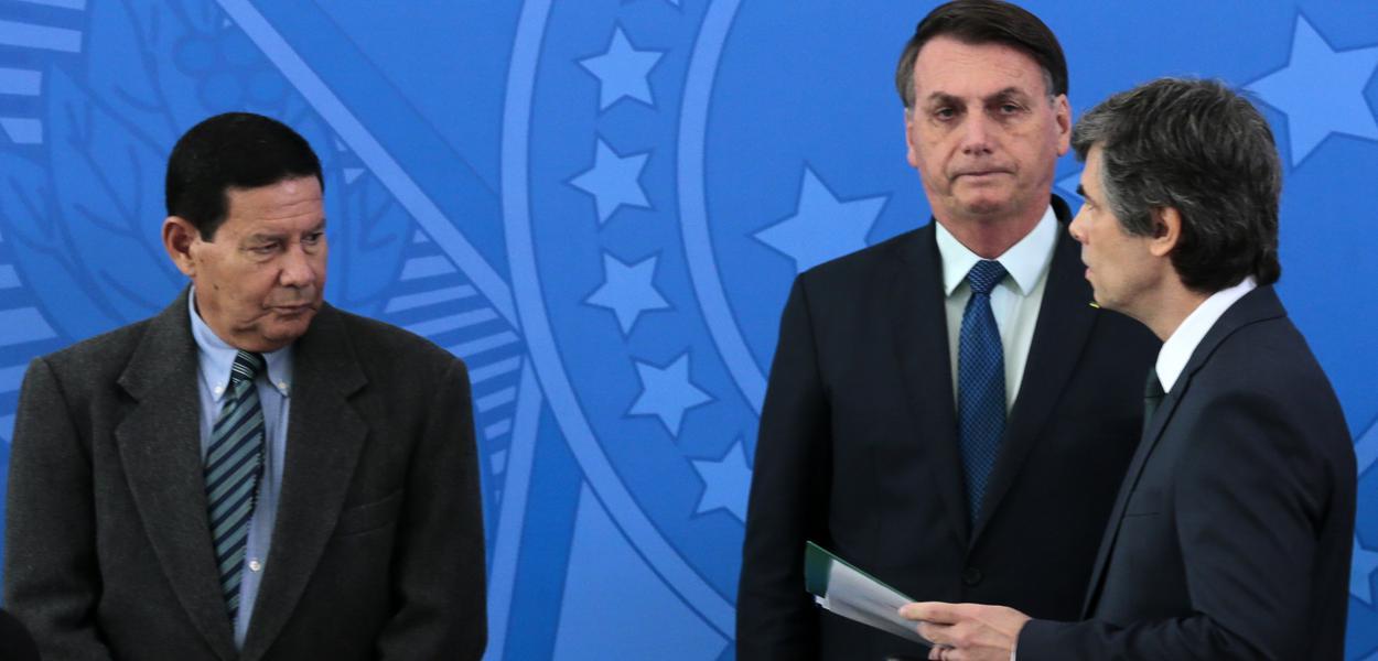 O ministro da Saúde, Nelson Teich e o presidente da Repùblica, Jair Bolsonaro, durante solenidade de posse no Palácio do Planalto