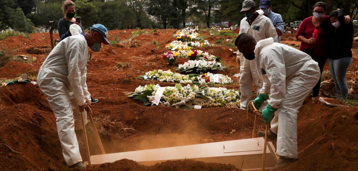 Enterro de vítima do coronavírus no cemitério da Vila Formosa, em São Paulo (SP) 13/05/2020