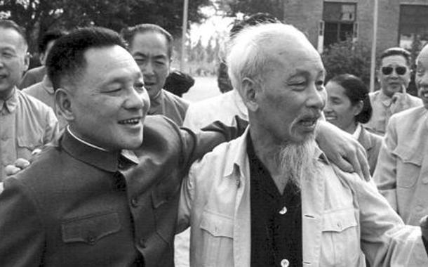 Ho Chi Minh (D) ao lado do ex-líder supremo da China Deng Xiaoping (E)