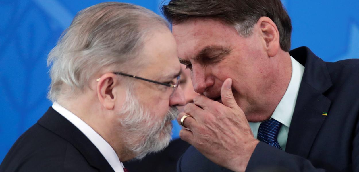 Jair Bolsonaro cochicha com procurador-geral da República, Augusto Aras