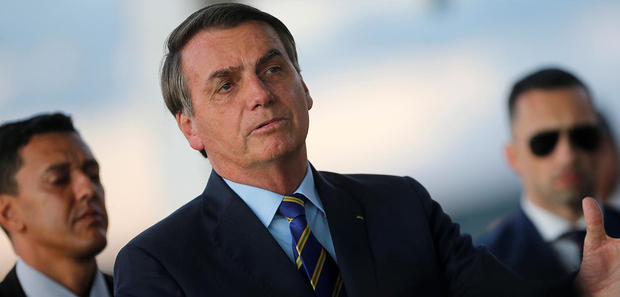 Bolsonaro fala com jornalistas ao chegar ao Palácio da Alvorada