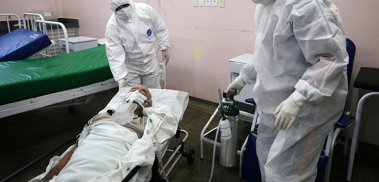 Profissionais de saúde tratam de paciente com Covid-19 em Manaus