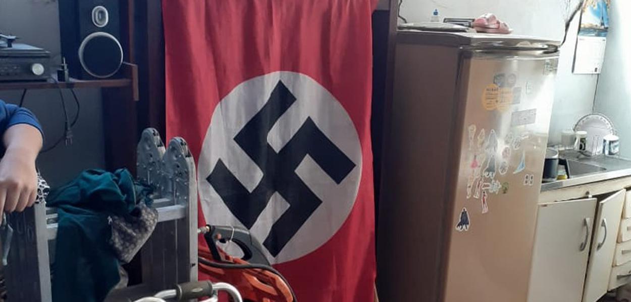 Bandeira nazista foi encontrada dentro de imóvel em Várzea Paulista