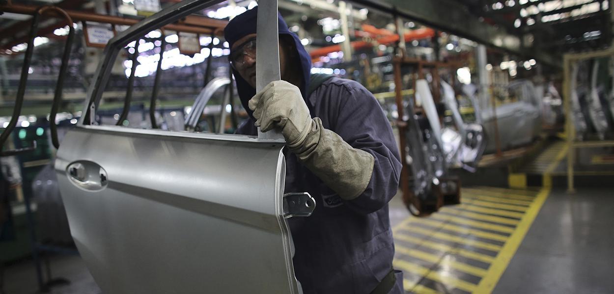 Linha de produção em fábrica de carros