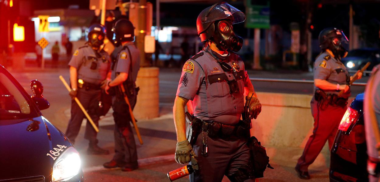 Policiais entram em confronto com manifestantes após morte de homem negro em Mineápolis 28/05/2020