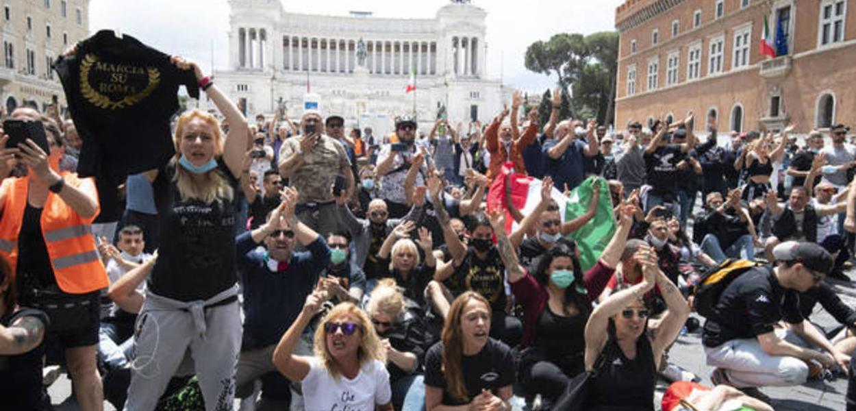 Manifestação em Roma diz que coronavírus é um 'truque'