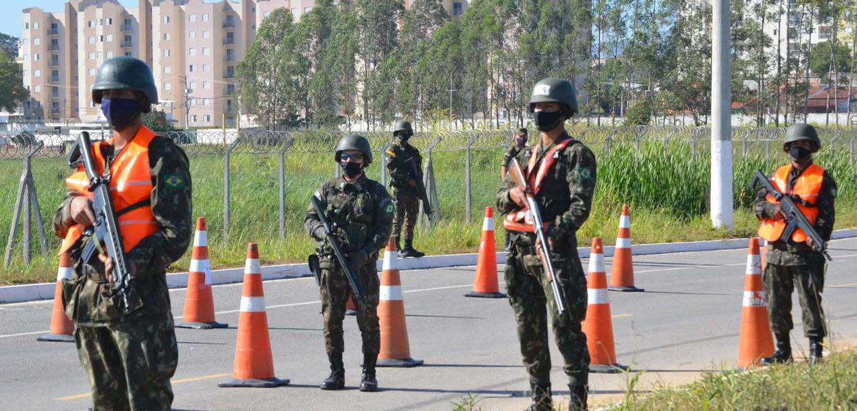 Militares do Exército fazem treinamento de operações de Garantia da Lei e da Ordem (GLO)