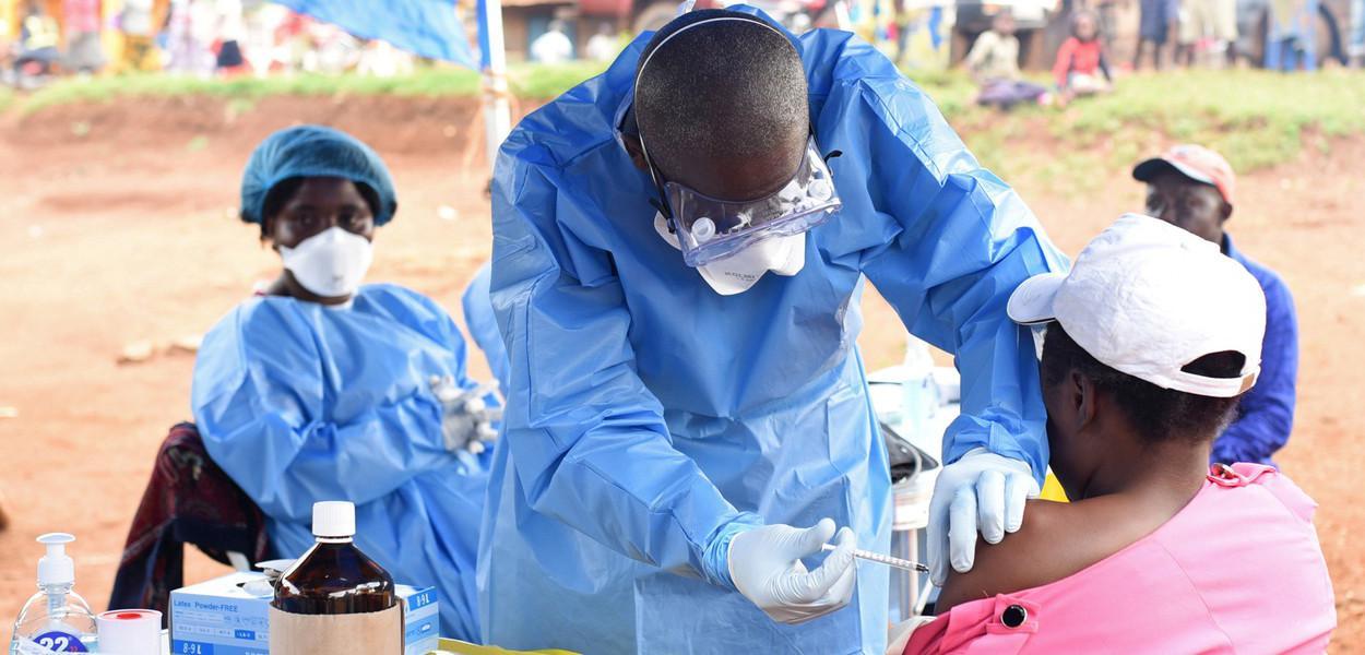 Profissional da saúde aplica vacina contra o ebola
